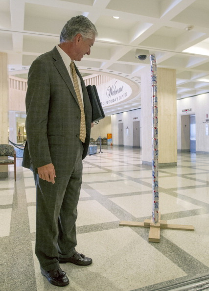 """Architectural Feature「Pole Of Beer Cans Erected In Florida Capitol Celebrating Irreverent """"Festivus""""」:写真・画像(5)[壁紙.com]"""