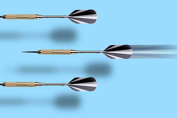 Three darts, close-up:スマホ壁紙(壁紙.com)