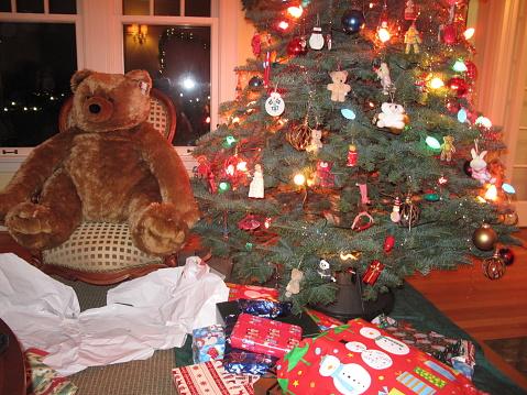 ぬいぐるみ「Large teddy-bear near Christmas tree and presents」:スマホ壁紙(8)