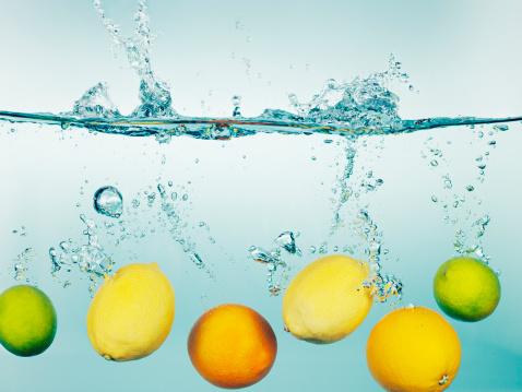 水中「レモン、ライム、オレンジのしぶきで水」:スマホ壁紙(15)