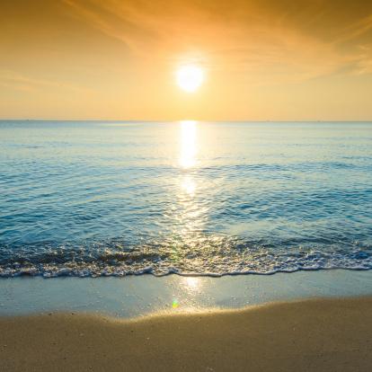 ビーチ「美しいトロピカルな白砂のビーチと青い空。」:スマホ壁紙(0)