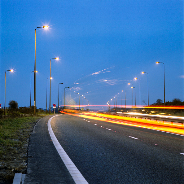 Speed「Traffic passing along a dual carriageway at twilight United Kingdom」:写真・画像(7)[壁紙.com]