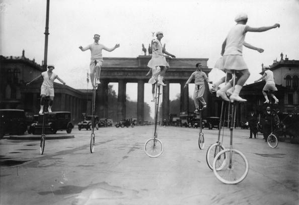Motorwheel「Monowheel performance in front of the Brandenburg Gate in Berlin, Photograph, Around 1930」:写真・画像(1)[壁紙.com]