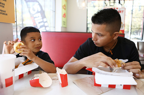 Fast Food「Father And Son From Honduras Seeking Asylum In The U.S. Await The Court's Decision On Their Status」:写真・画像(11)[壁紙.com]