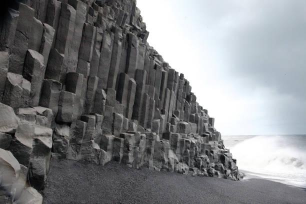 Basalt columns on volcanic beach, Vik, Iceland.:スマホ壁紙(壁紙.com)