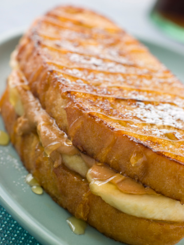 French Toast「Peanut Butter And Banana Eggy Bread Sandwich With Syrup」:スマホ壁紙(1)