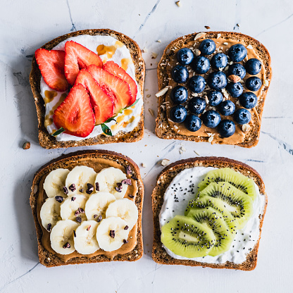 Kiwi「Peanut butter and cream cheese toasts with fresh fruit」:スマホ壁紙(4)