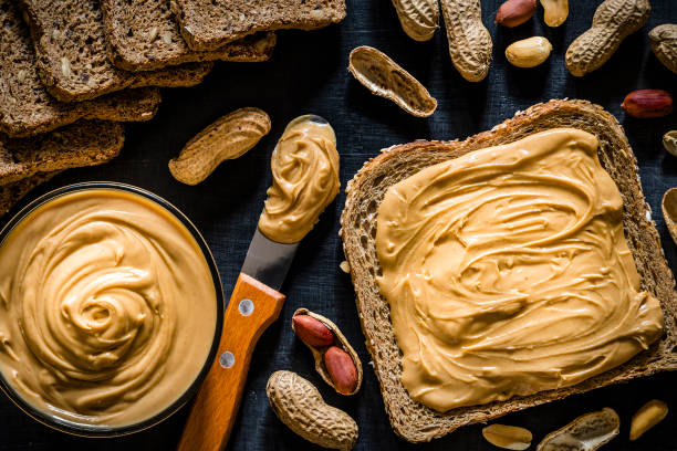 Peanut butter scattered on a slice of bread:スマホ壁紙(壁紙.com)