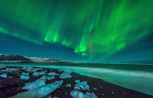 北極「A beautiful aurora display over the ice beach near Jokulsarlon, Iceland.」:スマホ壁紙(8)