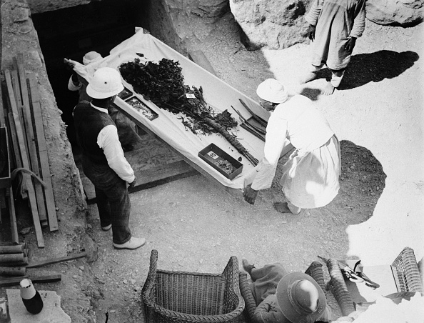 Discovery「Funeral Bouquet Being Removed From The Tomb Of Tutankhamun Valley Of The Kings Egyp 1922」:写真・画像(12)[壁紙.com]