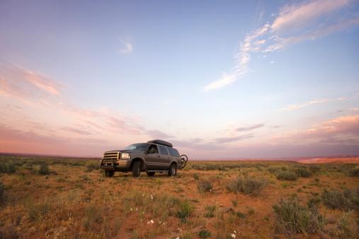 Car「SUV in desert」:スマホ壁紙(19)