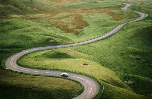 Pasture「Car travelling down snaking road through grazing land of the Peak District, United Kingdom」:スマホ壁紙(5)