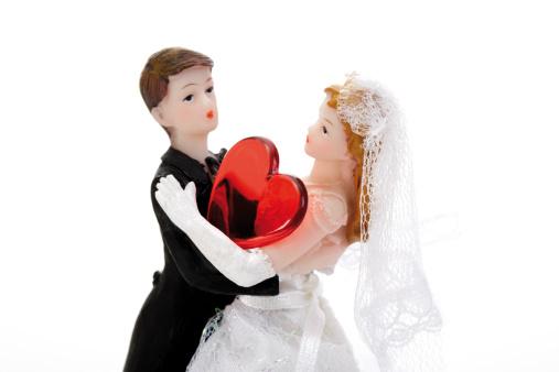 恋愛運「'Wedding couple figurines with red heart, close-up'」:スマホ壁紙(17)