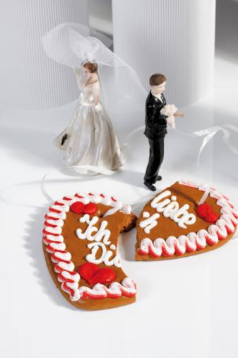Gingerbread Woman「Wedding couple figurines and broken gingerbread heart」:スマホ壁紙(9)