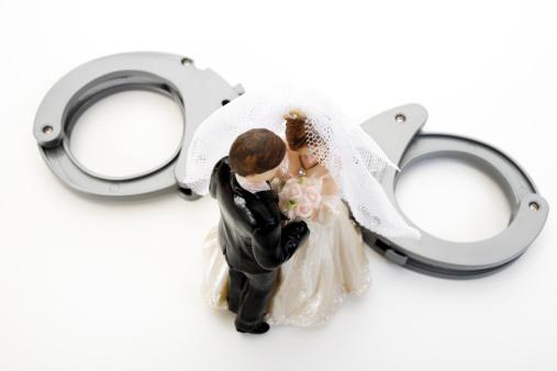 Married「Wedding couple figurines and handcuff」:スマホ壁紙(18)