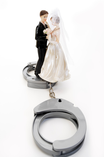 Married「Wedding couple figurines and handcuff」:スマホ壁紙(6)