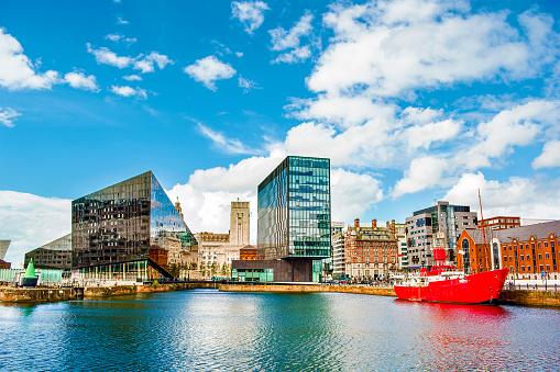 Moored「Waterfront and city skyline, Liverpool, Merseyside, United Kingdom」:スマホ壁紙(16)