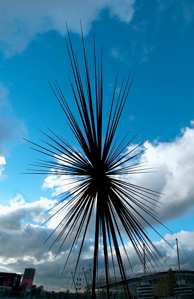 Copy Space「B of the Bang, a modern sculpture in Manchester designed by Thomas Heatherwick The 184ft (56m) sculpture designed to look like an exploding firework - was lifted into place near the City of Manchester Stadium in August 2004 Its starburst finish was inspi」:写真・画像(1)[壁紙.com]