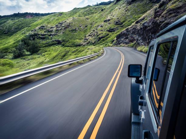 Car traveling along winding road, Maui, Hawaii, America, USA:スマホ壁紙(壁紙.com)