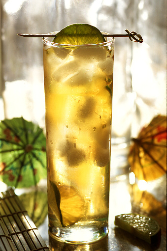 Ice Tea「Infused iced tea or cocktail with a fruit garnish in a colorful, tropical setting with cocktail umbrellas and bamboo」:スマホ壁紙(14)
