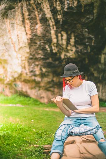 ファッションモデル「美しい若い女性休息公園の、読書」:スマホ壁紙(16)