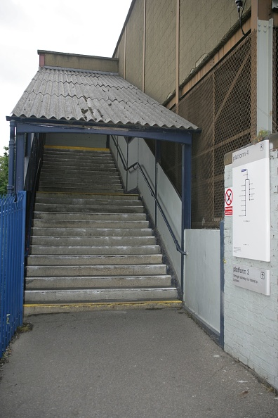 Finance and Economy「Platform access from footbridge at Purley Oaks station」:写真・画像(10)[壁紙.com]