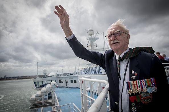 波「Black Cab Charity Takes WWII Veterans Back To The Beaches Of Northern France For Last Time」:写真・画像(14)[壁紙.com]