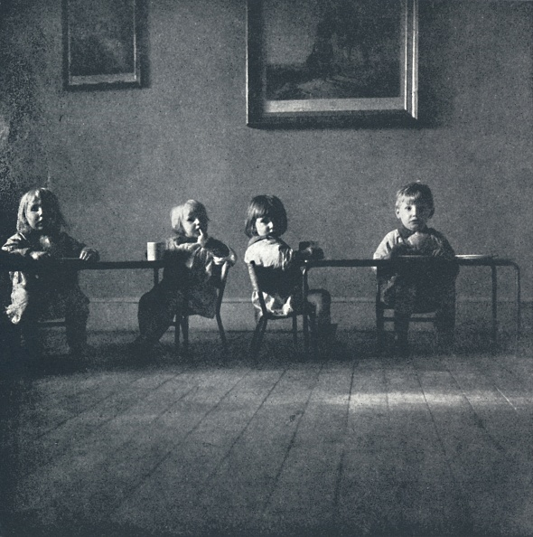 Small Office「Interior With Seated Figures」:写真・画像(7)[壁紙.com]