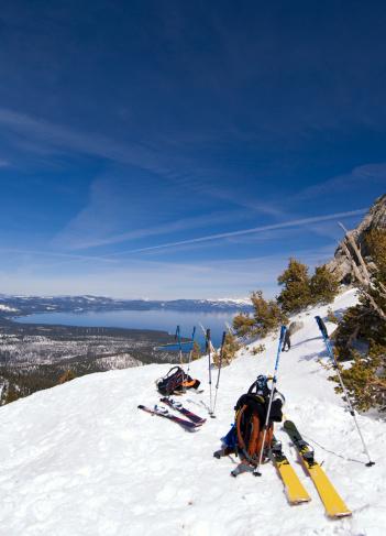 スキーストック「Before skiing down, a group of skiers unbind for a break, in Tahoe City, California.」:スマホ壁紙(15)