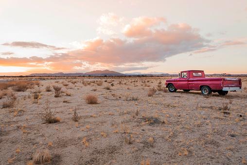 Twilight「USA, California, Joshua Tree, Pick-Up truck in the desert of Joshua Tree」:スマホ壁紙(13)