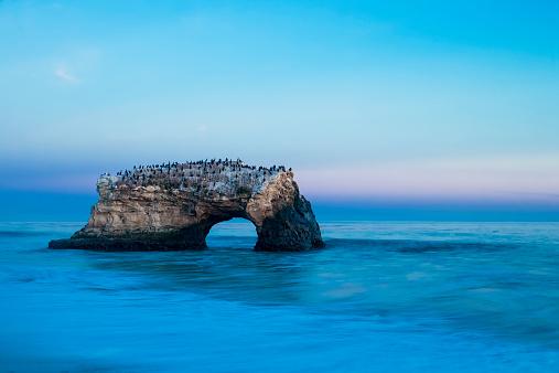 Big Sur「USA, California, Santa Cruz County, Big Sur, Pacific Ocean, Natural Bridges State Beach, Natural Bridge, Blue hour」:スマホ壁紙(3)