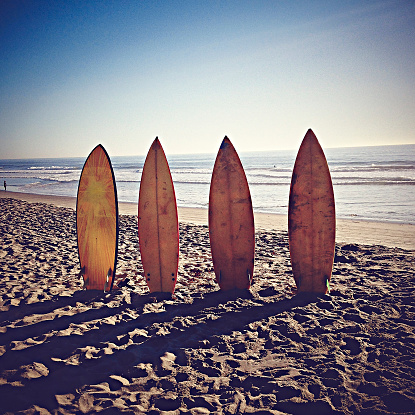 海岸「USA, California, Playa del Rey, Surfboards on sandy beach」:スマホ壁紙(12)