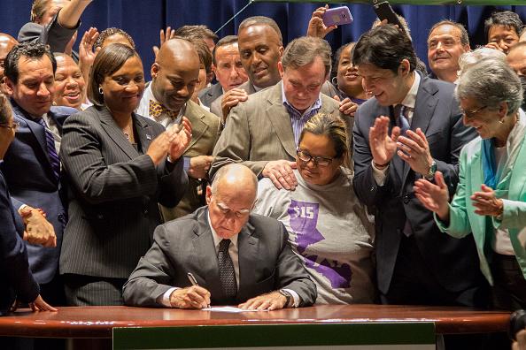Paying「Gov. Brown Signs Landmark Legislation Raising CA Minimum Wage To $15 Per Hour」:写真・画像(1)[壁紙.com]