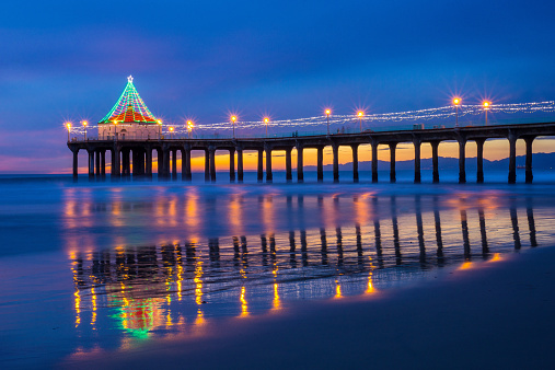 Manhattan Beach「USA, California, Manhattan Beach, Illuminated pier at dusk during Christmas time」:スマホ壁紙(5)