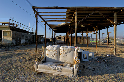 Loveseat「USA, California, Bombay Beach, loveseat in front of derelict houses」:スマホ壁紙(3)