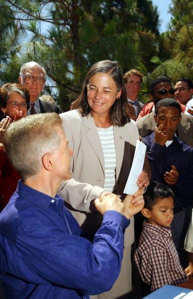 Greenhouse Gas「California Governor Davis Signs Greehouse Bill」:写真・画像(17)[壁紙.com]