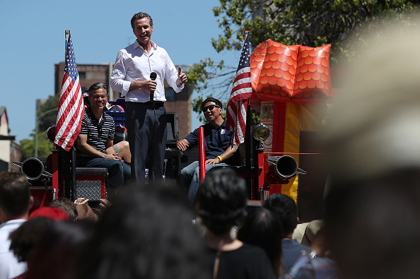 Chili Con Carne「California Gubernatorial Candidate Gavin Newsom Campaigns In Oakland Ahead Of Tuesday's Primary」:写真・画像(5)[壁紙.com]