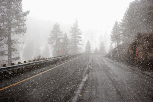 Crash Barrier「USA, California, snow falling on roadway」:スマホ壁紙(17)