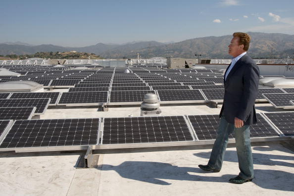 Rooftop「Schwarzenegger Tours Solar Panel Roof Of A Sam's Club」:写真・画像(17)[壁紙.com]