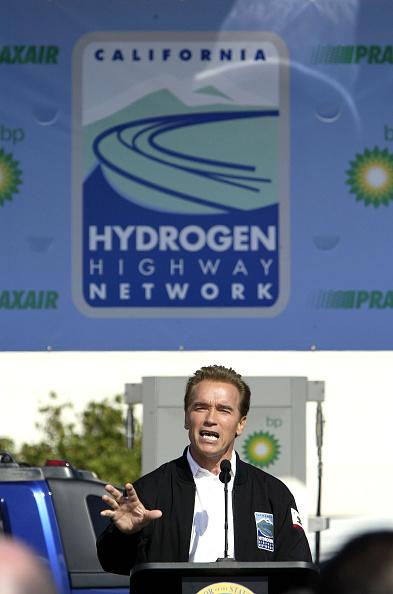 LAX Airport「Schwarzenegger Dedicates Hydrogen Fueling Station」:写真・画像(6)[壁紙.com]