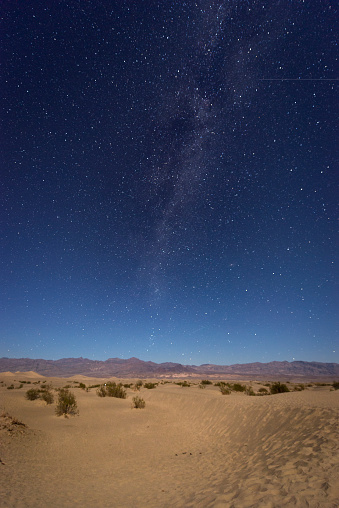 Vertical「USA, California, Death Valley, night shot with milky way over sand dunes」:スマホ壁紙(15)