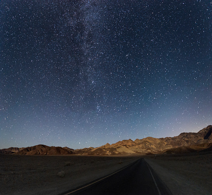Starry sky「USA, California, Death Valley, night shot with stars and milky way over road to Zabriskie Point」:スマホ壁紙(6)