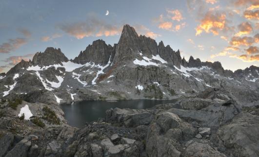 インヨー国有林「USA, California, Moon Setting over Minarets in Inyo National Forest」:スマホ壁紙(3)