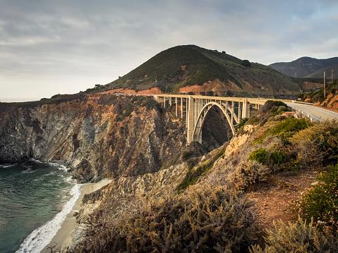 Bixby Creek Bridge「USA, California, Pacific Coast, National Scenic Byway, Big Sur, Bixby Bridge at sunset」:スマホ壁紙(7)