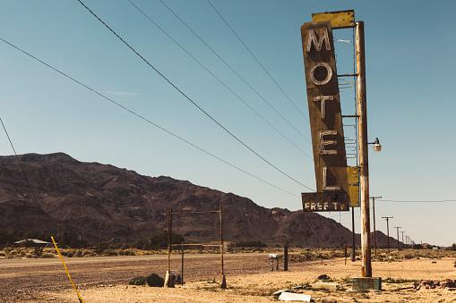 Roadside「USA, California, Mojave Desert, sign of abandoned motel at route 66」:スマホ壁紙(18)