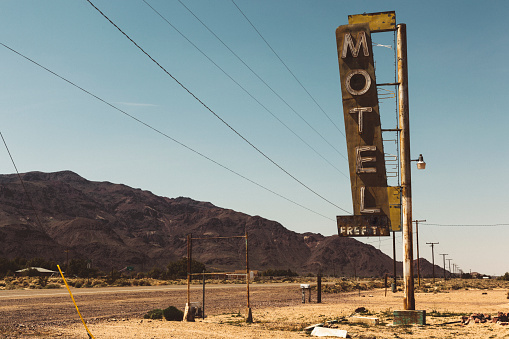Motel「USA, California, Mojave Desert, sign of abandoned motel at route 66」:スマホ壁紙(18)
