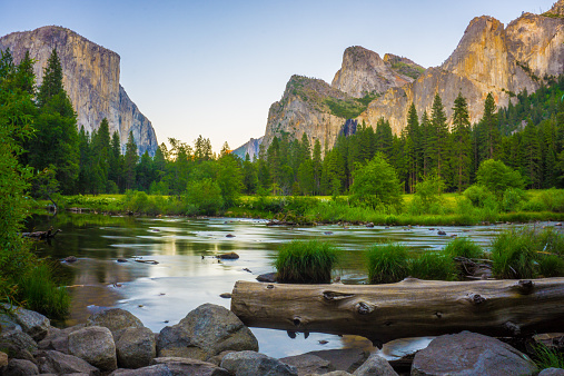 Yosemite National Park「USA, California, Valley view at Yosemite National Park with El Capitan and Bridalveil Falls behind Merced River」:スマホ壁紙(14)