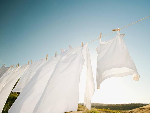 USA, California, Ladera Ranch, Laundry hanging on clothesline against blue sky:スマホ壁紙(壁紙.com)