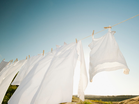 Laundry「USA, California, Ladera Ranch, Laundry hanging on clothesline against blue sky」:スマホ壁紙(17)