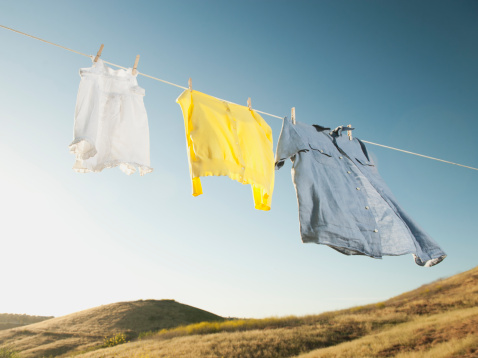 Laundry「USA, California, Ladera Ranch, Laundry hanging on clothesline against blue sky」:スマホ壁紙(3)